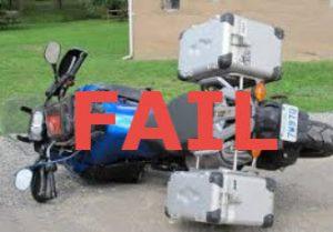 Une moto tombée par terre