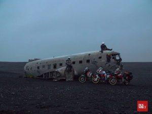 BLKMRKT et son équipe en Islande à coté d'une carcasse d'avion