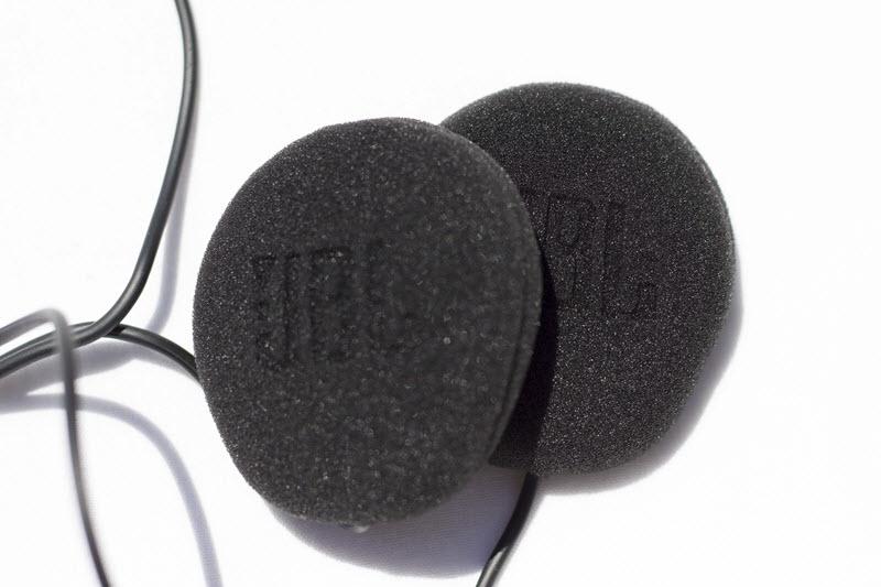 Une paire d'écouteurs Cardo/JBL 45mm livrés avec le Freecom 4+