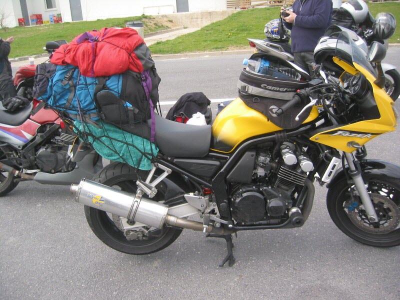 bagages fixés avec un filet araignée sur un fazer 600