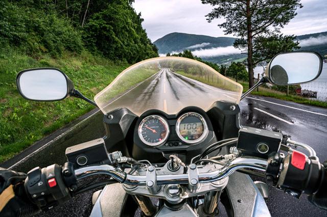 Une route mouillée en montagne