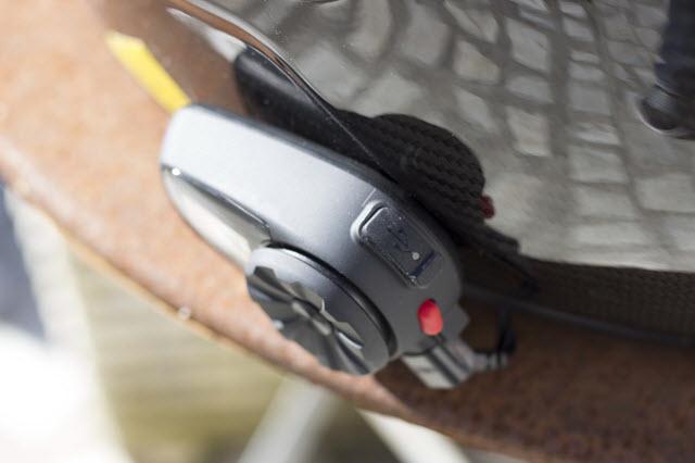 La prise de recharge USB du Sena 5S située sur le dessus de l'intercom