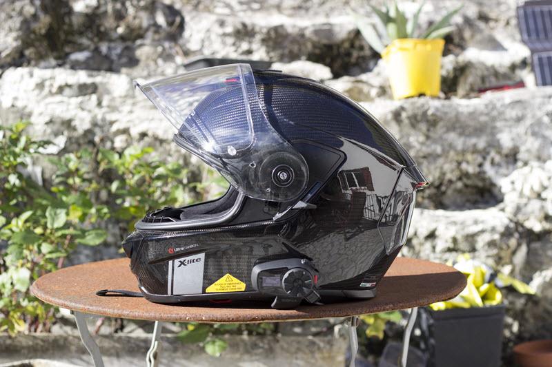 Un intercom Sena 5S sur un casque intégral Xlite X903