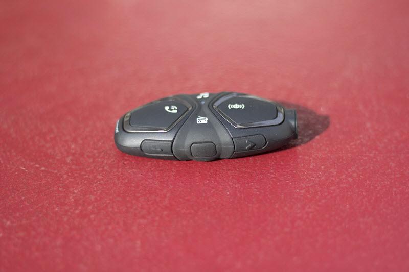 La recharge s'effectue par le dessous via un micro USB. Le capuchon en plastique est parfois difficile à remettre dans son logement.