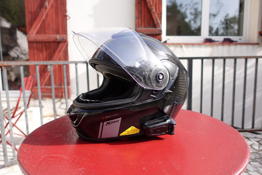 Le Packtalk Black monté sur un casque intégral X Lite Ultracarbon
