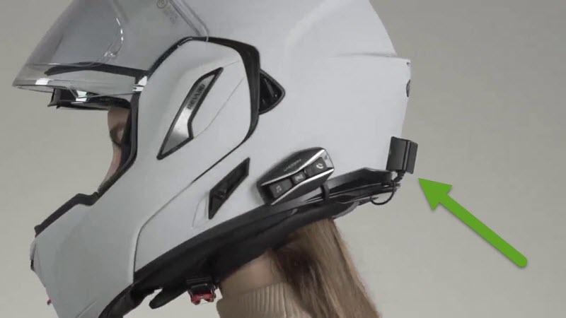 Cellularline Interphone U-com4 et sa batterie montée à l'arrière du casque