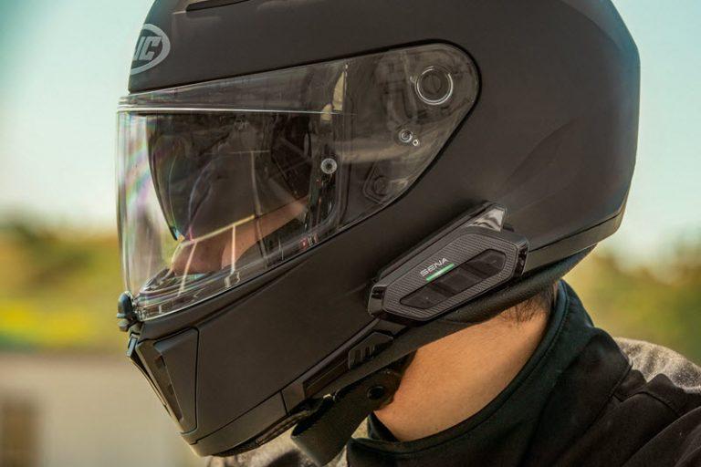 Le RT1 sur un casque noir est particulièrement discret