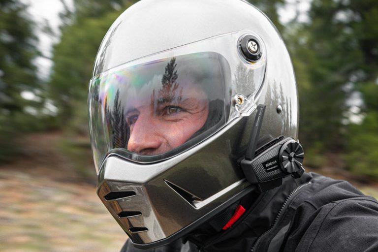 Le ST1 sur un casque gris avec antenne déployée