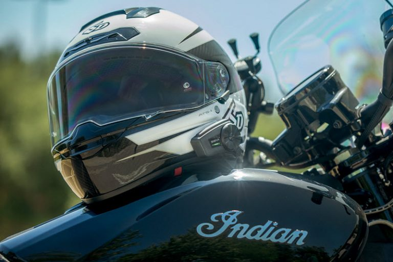 Le spider St1 sur le réservoir d'une moto Indian